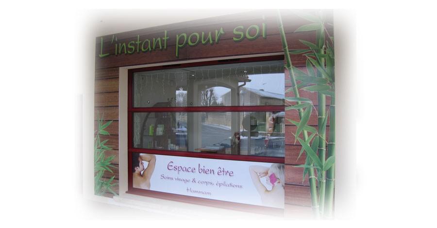 L'Instant pour soi<br/>Impression UV sur panneau pour façade. Impression UV sur adhésif pour vitrine.